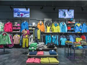 2_Odcienie szarości wyciszają i tonują - to świetle tło dla kolorowych produktów w sklepie sportowym