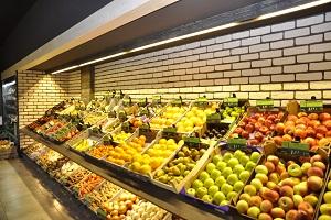 warzywa i owoce w regale przyściennym